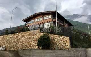 Большой деревянный дом в горной местности
